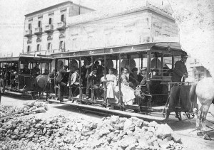 """FUENTE IMAGEN: """"Tranvía de Inmigrantes"""", 1912. Iba del embarcadero al Hotel de Inmigrantes. Coche de la Compañía Ciudad de Buenos Aires Con tracción a sangre. AGN Foto en Dominio Público"""