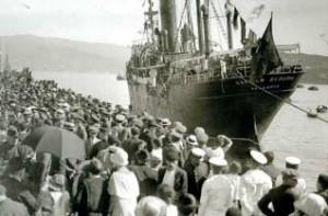 Fuente: Archivo Pacheco Una multitud despide a un buque rumbo a Argentina, 1923