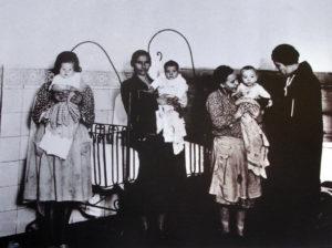 La Kent visitando a unas reclusas con sus hijas en la cárcel en 1931.