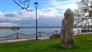 """Monumento a la """"Expedición de Balmis"""" situada en el Paseo del Parrote de la ciudad de A Coruña, conmemorando el 200 aniversario de la Real Expedición Filantropica de la Vacuna.Imagen en licencia CC"""